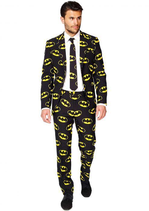 Batman Pak Een stoer Batman pak van Opposuits! Donker, deftig én gevaarlijk. Dit officiële Batman pak geeft geheid een goed signaal af tijdens je nachtelijke avonturen. Dit is dé dresscode for cocktail feestjes in de Wayne Manor of tijdens de Gotham City Fashion Week.     Set bestaat uit: - Batman Pantalon - Batman Blazer - Batman Stropdas