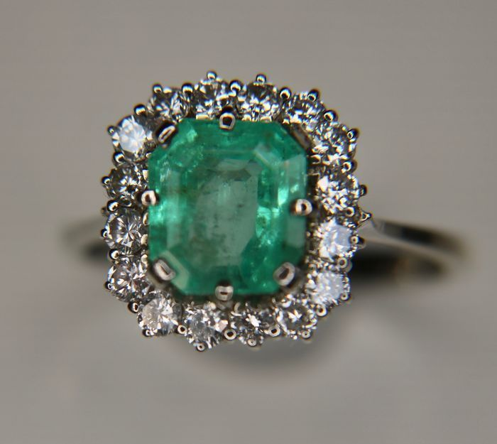 18kt wit gouden ring met zeer grote natuurlijke Emerald 2.5 Ct. en briljant geslepen natuurlijke diamanten H/VS; Total 305 Ct. -Ringmaat 57 (instelbaar)  Wit gouden ring met met zeer grote natuurlijke lichte Emerald 2.5 Ct. en 16 briljant gesneden diamanten H/VS ca. 065 Ct.; totaal 3 05 Ct.Smaragd: natuurlijke waarschijnlijk niet behandelde octagon knippen' Edelstenen zijn vaak behandeld om kleur en helderheid te verhogen. Dit is niet onderzocht voor dit specifieke object…