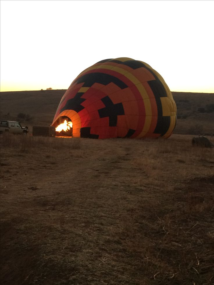 Esna joins AirVentures Hot Air Ballooning for an early morning balloon flight near Kloofzicht Lodge, Gauteng. @esnatheron #dirtyboots #adventuresouthafrica #balloonflight