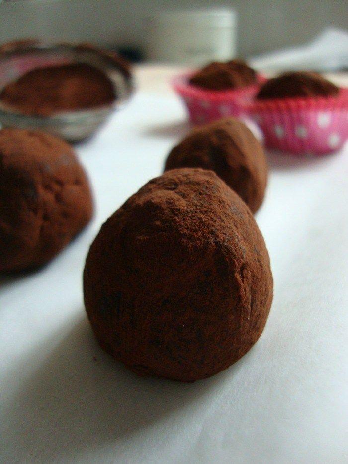 chocolade truffels met pure chocolade en cacao.