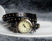 montre en cuir bracelet noir clouté breloque coeur etoile 3 tours : Montre par mesbijoux-gourmands