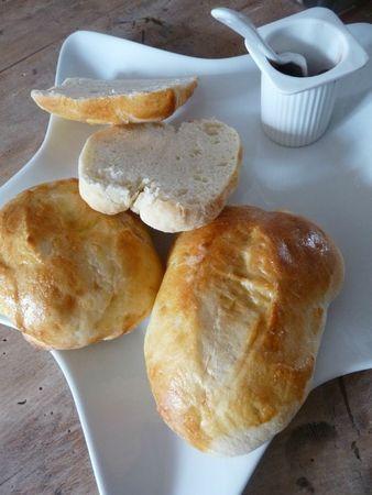 PETITS PAINS VIENNOIS mélanger tout les ingrédients à la main en laissant la pâte  lever pendant 1 heure.   Ingrédients :  300ml de lait - 10g de sel - 500g de farine ordinaire - 1 sachet de levure de boulanger - 60 g de sucre - 100g de beurre   séparer la pâte en 10 portions, puis les laisser gonfler encore un peu pendant que le four préchauffe à 180°C  Fendre légèrement les petits pains  Etaler un oeuf battu dessus pour bien les faire dorer et enfourner 12 à 15 min.