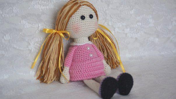 В этой статье вы узнаете, как связать маленькую куклу амигуруми крючком. Схемы вязания куклы и платья прилагаются!