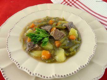 Stangenbohnen Rezept Omas leckere grüne Schnippelbohnensuppe kochen. Die Stangenbohnen auch als grüne Bohnen bekannt, konnte ich heute ernten. Das Lieblingsgericht meines Mannes ist Schnippelbohnensuppe, die er noch von Oma Grete so gerne gegessen hat. Da ich das Kochen von Oma gelernt habe, freut er sich immer wieder auf meine grüne Stangenbohnen Suppe von unserer eigenen Zucht Stangenbohnen ...