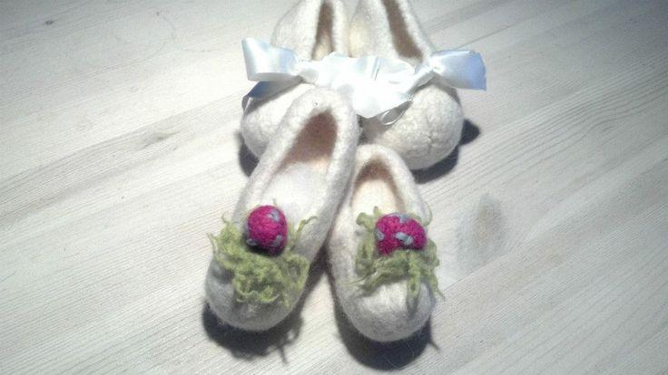 Gefilzte Babypuschen mit Blüte, Kinderballerina-Puschen mit Seidenschleife