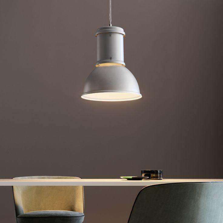 Rievoca le architetture industriali questa lampada a sospensione con paralume in alluminio naturale oppure cromato e riflettore verniciato bianco all'interno.