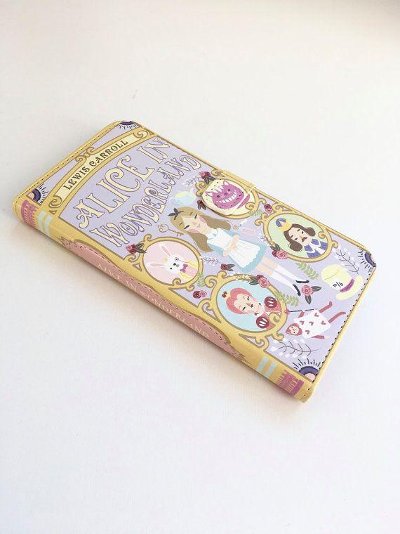Prenotazioni iphone portafoglio caso-Alice nel paese delle meraviglie telefono portafoglio - per iPhone 6, 6s, 6s plus, 5, 5s, 5C, iPhone 4, 4s-Samsung Galaxy S6, S6 plus S3 S4 S5, nota 3, nota 4, nota 5  Questo splendido caso ha stato fatto per assomigliare ad un libro di Alice nel paese delle meraviglie.  Pronto per la spedizione in 2-3 giorni  Progettato da designs Chick-Lit per adattarsi e permanentemente stampato su un alta qualità pu custodia in pelle portafoglio, fornendo una…