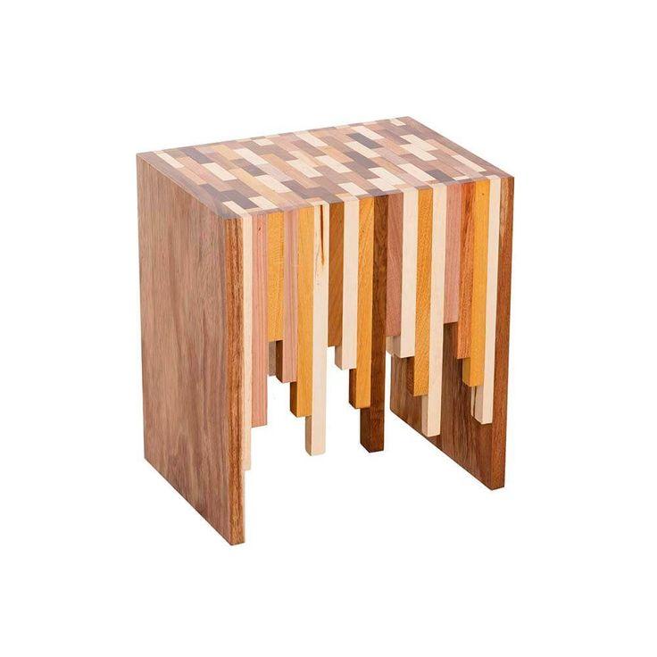 Banqueta toda em madeira maciça, produzida a partir de reuso de sobras de madeira. Pode ser usado como banqueta e ou mesa lateral, sendo cada peça única e diferente, pois é composta por mais de 10 tipos de madeira, pesando em torno de 22 kg. Desenho Studio Desmobilia, 2014.Dimensões: Largura 40 cm | Profundidade 30 cm | Altura 45 cm.