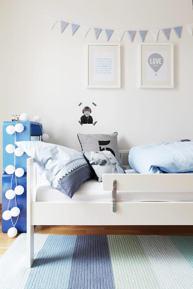 GUTTEROM: Dette rommet har klarblått som innslagsfarge. Sengetøyet med Mariusmønster er fra Princess, mens lyslenken er fra Happy lights.