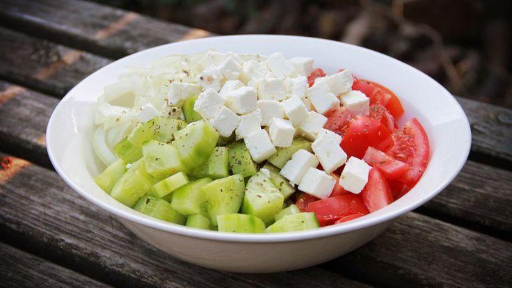 Een heerlijke eenvoudige Griekse salade voor als je in de lente of zomer je avondmaaltijd buiten gaat eten. Lekker met tomaat, komkommer, ui en feta kaas.