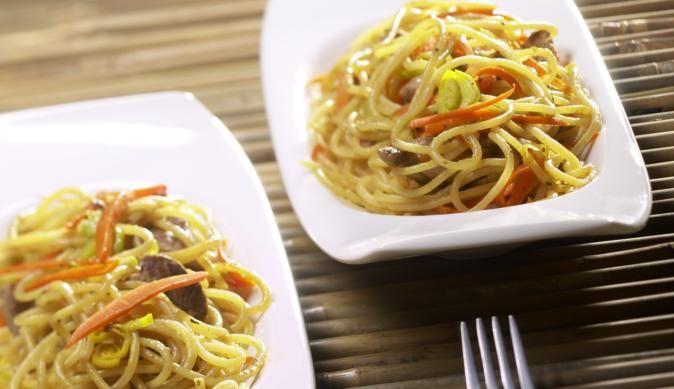 Gebratene Asia-Nudeln selber machen? Kein Problem! Einfach knackige Möhren, saftiges Schweinegeschnetzeltes und würzigen Lauch anbraten, würzen, mit den Nudeln mischen und genießen.