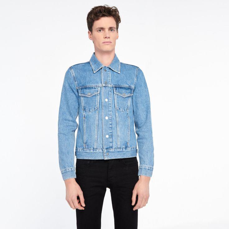 Blouson en jean Sandro<br />  • 100% coton<br />  • Col chemise<br />  • Fermeture boutons pressions<br />  • Poches poitrine à rabat<br />  • Poches latérales passepoilées<br />  • Poignets boutonnés<br />  • Resserage latéral à boutons pressions<br />  • Coupe droite<br />  • Le mannequin porte une taille M<br ...