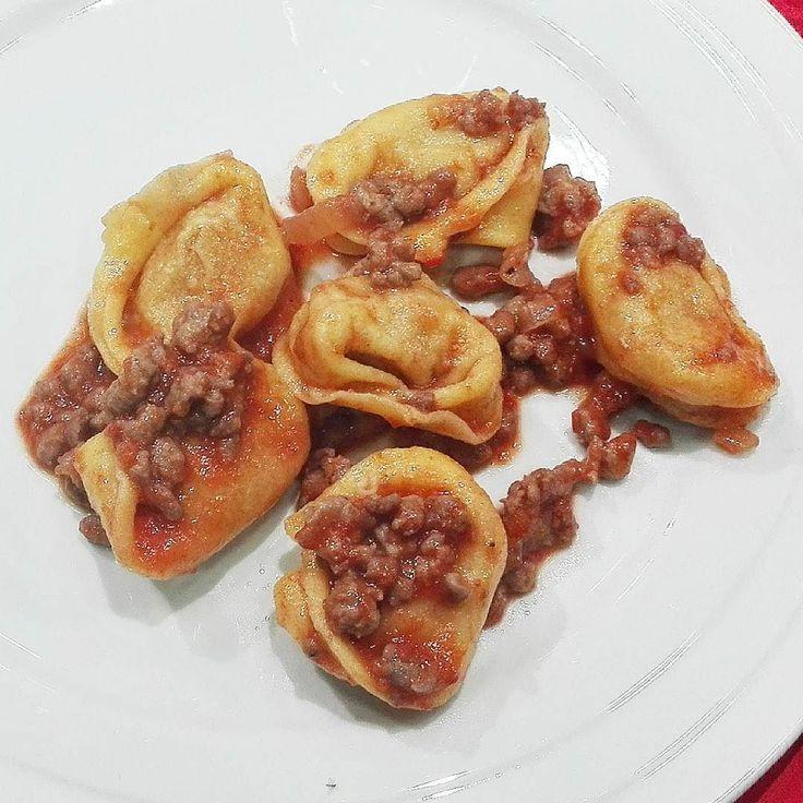 Tortelli di zucca al ragù di salamella profumato al lambrusco. #onav #mantova #mantuafood #italianfood #salame #parmigianoreggiano #granapadano #cheese #parmigianocheese #mostarda #zucca