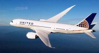 A foto mostra um avião B-787 com o nariz voltado à esquerda, em voo no céu claro. A aeronave é de grande porte com duas avantajadas turbinas, uma de cada lado, sustentadas na parte inferior das asas prateadas com aerodinâmica moderna e um enflechamento das asas mais acentuado nas extremidades finalizadas em pontas com inclinação leve para o alto. A fuselagem é branca, ao centro, janelinhas enfileiradas. Na cauda azul, o emblema da empresa representado por parte de uma esfera em fundo azul...