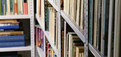 Como organizar sua biblioteca pessoal usando o sistema decimal Dewey | eHow Brasil