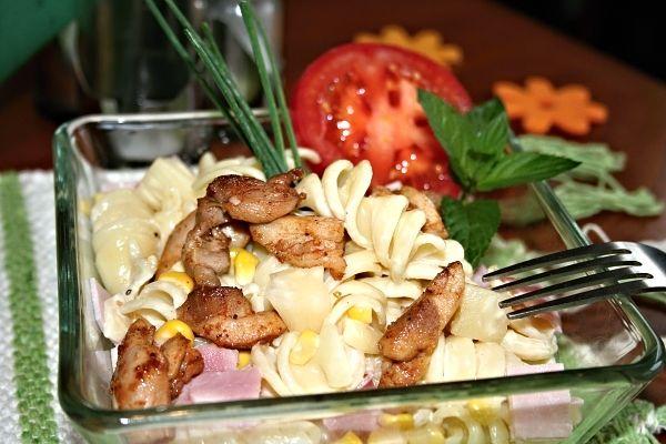 Císařský těstovinový salát s kuřecím masem
