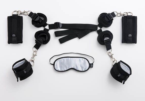 La colección oficial de productos eróticos Cincuenta Sombras de Grey (Fifty Shades of Grey) te presenta en un solo Kit todo lo que necesitas para una restricción corporal completa de alta calidad.