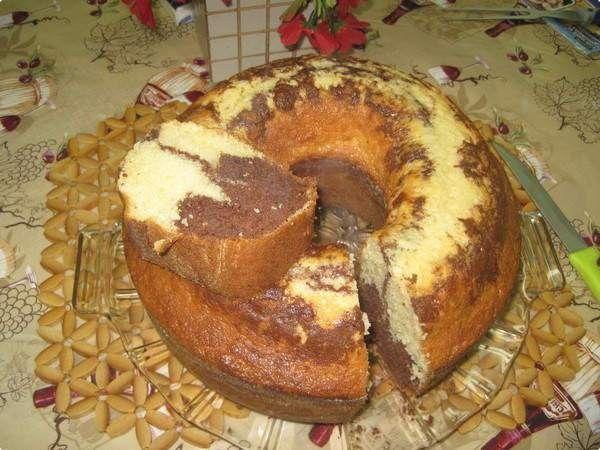 Bata os ovos com a margarina e o açúcar, junte a farinha intercalando com o leite e o creme de leite e, por último, o fermento. Despeje dois terços da massa em forma