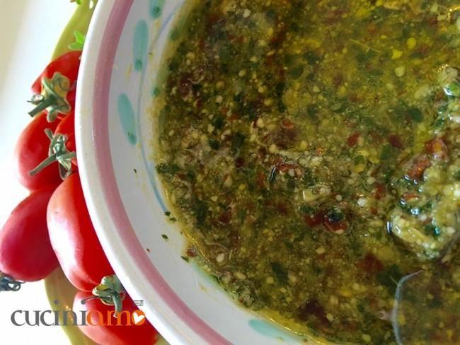 Pesto di basilico, mandole e pomodori secchi il mio condimento must per l'estate http://cuciniamo.mammeonline.net/pesto-basilico-mandorle-pomodori-secchi/