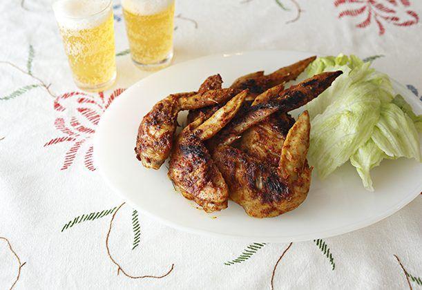 熱い夏の夜に食べたい、タイ風焼き鳥。ホイルで包み焼きすれば、火の通りにくい鶏肉も短時間で焼き上がります。