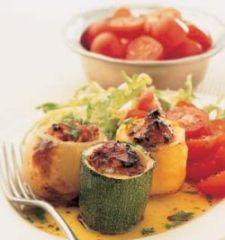 Картофель, репчатый лук и цуккини фаршируют вегетарианской начинкой красного помидорного цвета, с йеменскими специями и кислым привкусом лимона. Это блюдо можно есть холодным. Фаршированные овощи можно подавать как закуску и как основное блюдо