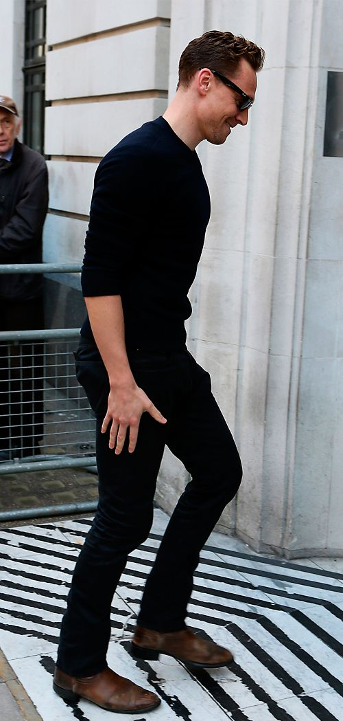 Tom Hiddleston seen at the BBC Radio 2 Studios on October 1, 2015 in London, England. Full size image [UHQ]: http://ww1.sinaimg.cn/large/6e14d388gw1ewmp601esoj21kw2dcb24.jpg Source: Torrilla, Weibo