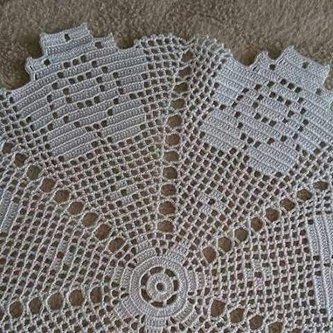 Centro de mesa com flâmulas floridas em crochê filet