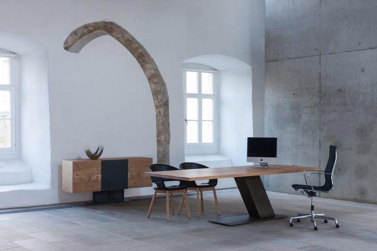 Unsere Konferenztische werden aus Massivholz gefertigt. Exclusives und zeitloses Design für ein modernes Office. #form exklusiv #konferenztisch #interior #architektur