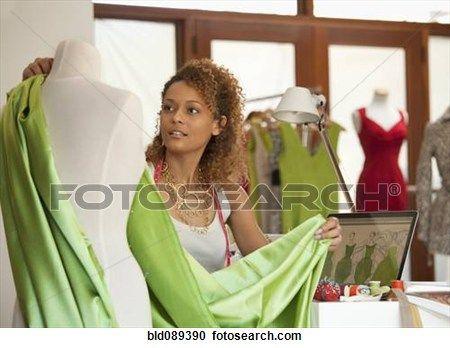 raça misturada, roupa, desenhista, trabalhando, em, oficina Ampliar Foto