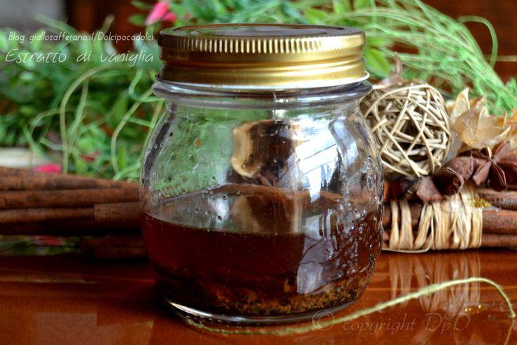 Estratto di vaniglia fatto in casa   QUI la RICETTA http://blog.giallozafferano.it/dolcipocodolci/estratto-di-vaniglia-fatto-casa/
