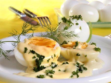 Das perfekte Senfeier wie bei Oma-Rezept mit Bild und einfacher Schritt-für-Schritt-Anleitung: Die Eier zunächst hart kochen, abschrecken und pellen.