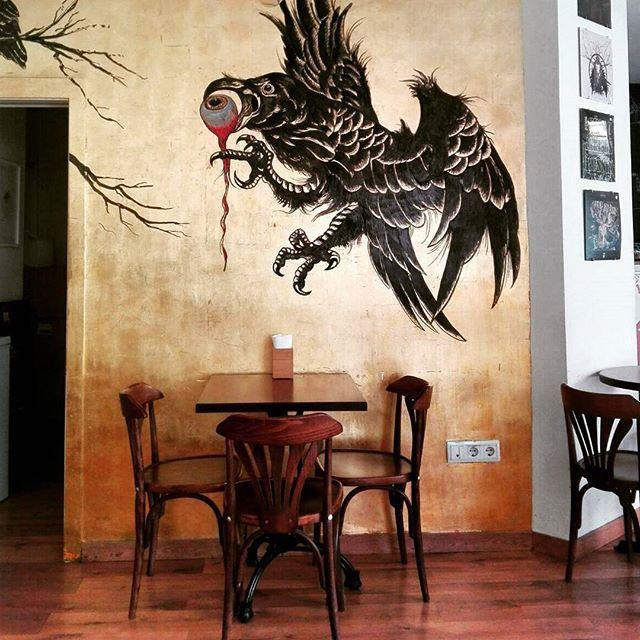 Arte en buenos bares! Hoy sábado en @cria_cuervos_valencia.  Art in good bars!. Today Saturday at #criacuervosvalencia #Ruzafagente #russafa #art #graffiti #design #graphicdesign #bar #decor #ruzafa #arte  #interiordecoration #urbanart #arteurbano #mural #travel #instavalencia