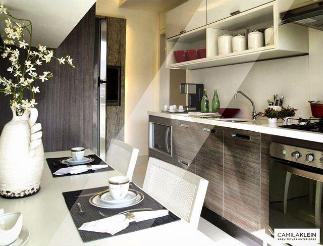 Nesta cozinha em Osasco, misturamos a laca branca com a madeira escura e rústica no acabamento da marcenaria dos planejados. Isto evitou com que o ambiente ficasse muito frio e impessoal, ou escuro e sobrecarregado, dando o equilíbrio na medida certa. #camilakleinarquiteta #cozinha #kitchen #decoração #interiordesign