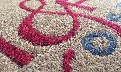 Tuttozerbini offre una varietà di tappeti su misura nelle forme che disegni.
