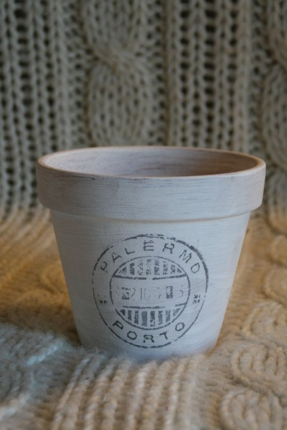Vaso per piante e fiori dispirazione Shabby-Country Chic, realizzato su base in terracotta. Si presta a molti utilizzi decorativi e pratici,