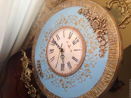 Купить или заказать Часы настенные по мотивам Благородная классика в голубом в интернет-магазине на Ярмарке Мастеров. Часы настенные, объемное декорирование, объемные розы, золочение, состаривание. Часы делались на заказ в конкретном цвете (голубые), подберу любой цвет. Часы авторские, розы ручной работы, толщина часов 1,8 см. на задней стенке углубление под механизм для плотного прилегания часов к стене, подвес. Настенные авторские часы ручной работы.