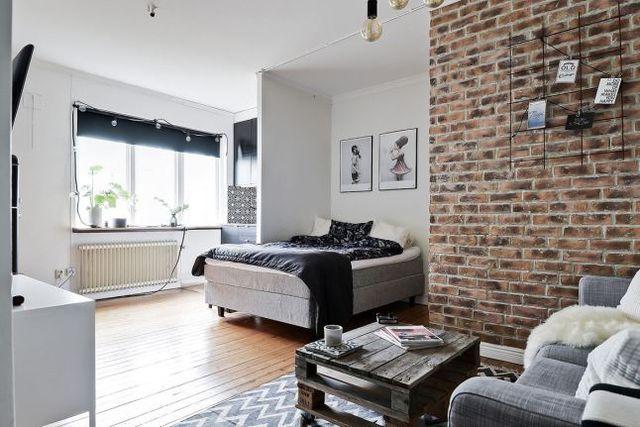 Briques, palettes et carreaux de ciment dans un studio