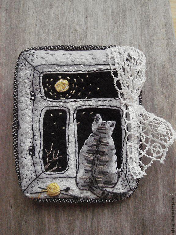 Купить Брошь текстильная Один дома - чёрно-белый, окно, кот, луна, клубок