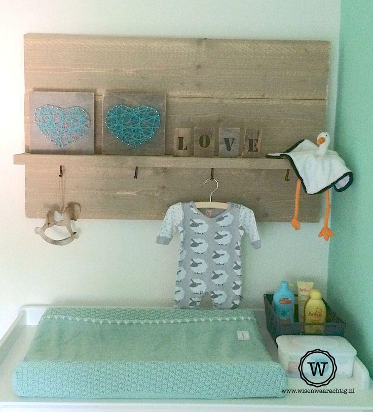Wandbord met #houten #letters boven de commode. #stoere #babykamer