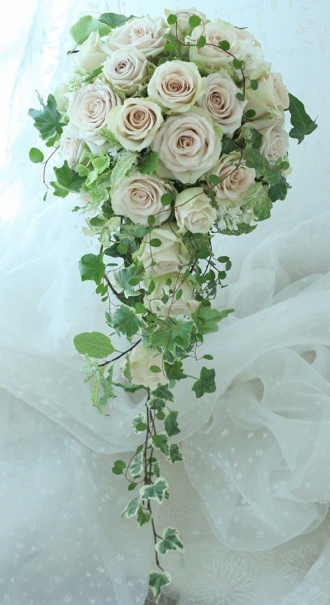砂漠、という名前のバラで作る滝の形、キャスケードのブーケ。挙式に持つブーケはやはり圧倒的に白とグリーンが人気です。でも新婦様はお打ち合わせの折にぜひこうい...