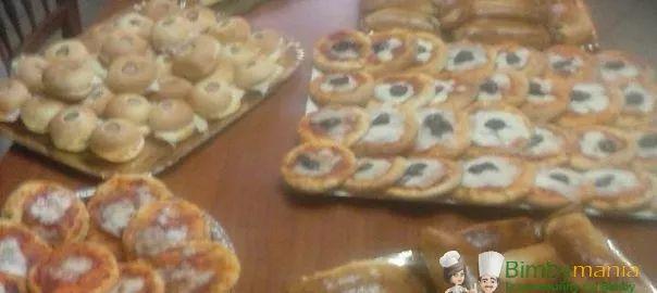 Impasto per buffet salato Bimby 3.75 (75%) 12 votes Un impasto semplice per essere utilizzato per tantissime preparazioni: pizzette, focaccine, panini salati, calzoncini e rollet con wurstel. Foto e ricetta di Marisa D. S. Impasto per buffet salato Bimby X fare i rolle con würstel ho pesato palline di 30 grammi, x i calzoncini ho …