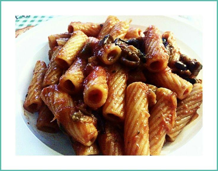 Il messinese in tavola: maccheroni, conserva della nonna, melanzana fritta a laccetti, ricotta infornata e basilico per guarnire.  Nulla più.  La regina delle nostre tavole: la pasta alla Norma. Ph FG.