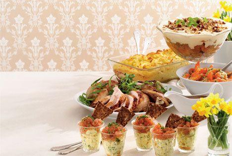 Nyd påsken med hele familien og invitér på lækker påskemiddag. Her finder du lækre opskrifter på blandt andet sprængt bornholmerhane og en sød abrikostrifli med valnødder.
