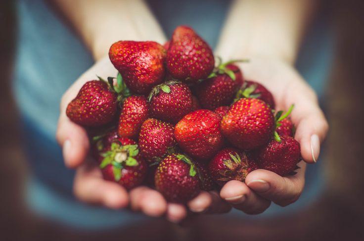 🍓Wohl kaum eine Frucht wird so sehr mit Sommer und Sonne verbunden wie die Erdbeere🍓  Erdbeeren sind nicht nur super lecker und enthalten wenig Kohlenhydrate, sie enthalten auch ein ganzes Arsenal an Bio-Stoffen für Deine Gesundheit. Mit dabei: Salicylsäure, welche besonders Deine Haut gegen Sonnenbrand schützt und Entzündungen im Körper hemmen kann.  Wenn Du auf Erdbeeren auch so abfährst, dann lass uns doch bitte einen Like da 😉  Zum Artikel…