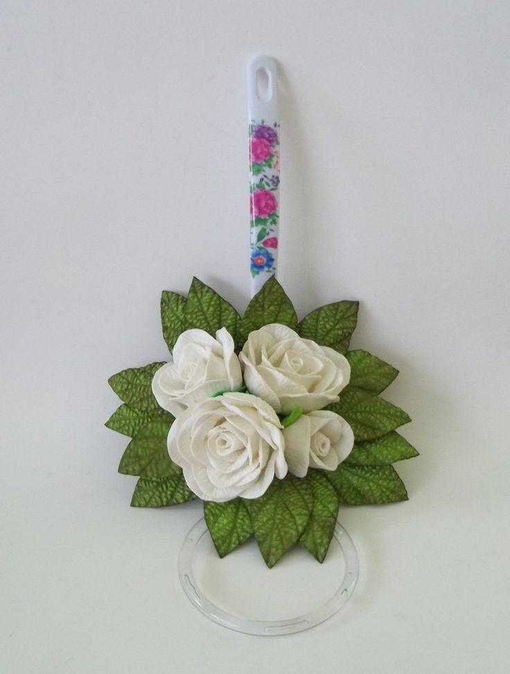 Porta-pano de prato decorado com flores em eva. Não inclui pano de prato. Temos diversos modelos para pronta entrega se necessitar, entre em contato antes de fazer o pedido.