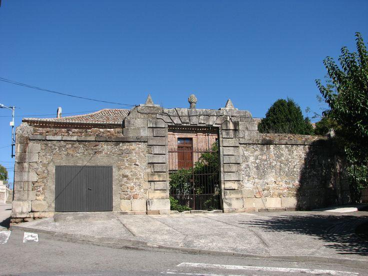 Palacio de los Condes de la Oliva, del siglo XVII,habitado en la actualidad. El primer titular de este título nobiliario fue Rodrigo Calderón de Aranda, en 1612, señor de Oliva de Plasencia, Marqués de Siete Iglesias, Secretario de Cámara del Rey (Felipe III) y favorito del Duque de Lerma.