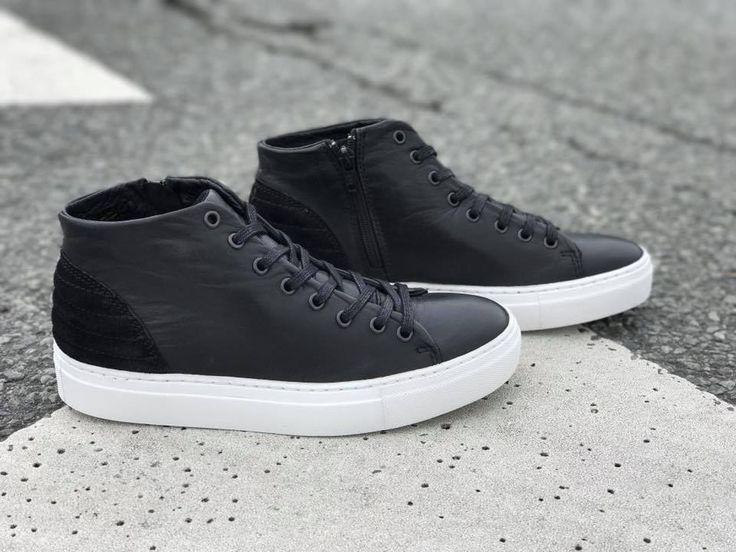 SIXMIX støvler i sort med ruskindsdetalje i hælen. Bred gummisål gør dem sporty.