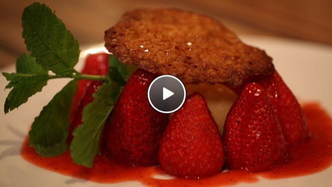 Aardbeien met peper-pernodsaus en amandelkletskoppen - recept | 24Kitchen