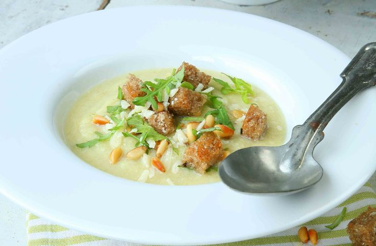 Recept på blomkålssoppa med krutonger och pesto. Genom att man mixar yoghurt i soppan blir den både krämig och får en frisk smak. Låt sedan var och en krydda sin soppa med en knaprig krutongpesto.