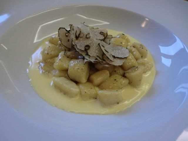 Gnocchi di patate su fonduta di pecorino e tartufo